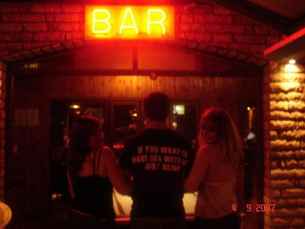 Счастье – это суметь перевести надпись на футболке официанта If you want to have sex with me just blink и не подмигнуть.
