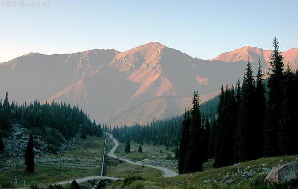 Долина Большой Алматинки. Вид сверху. На снимке видна труба, по которой питьевая вода из озера поступает в город