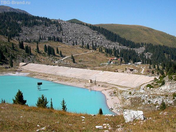 Озеро, дамба, крыши метеостанции. Пастушков и пастушек не хватает. Но о них в следующий раз...