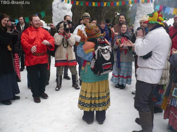 Для входа на праздник нужно было спеть частушку или исполнить танец.