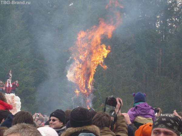 Сожжерние Масленицы - символа зимы.