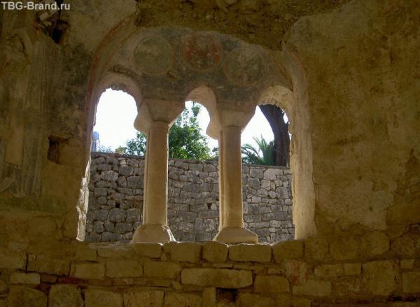 взгляд вовне из храма Святого Николая