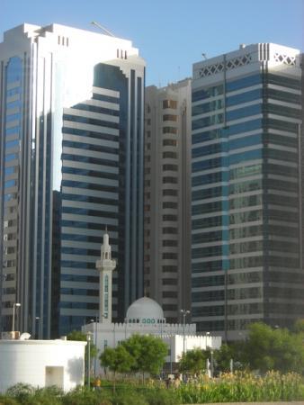 Мечеть в окружении небоскрёбов. Абу-Даби