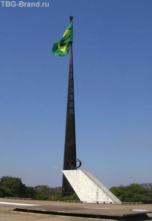 Главный флаг страны. В первое воскресенье каждого месяцв его меняет один из родов войск.