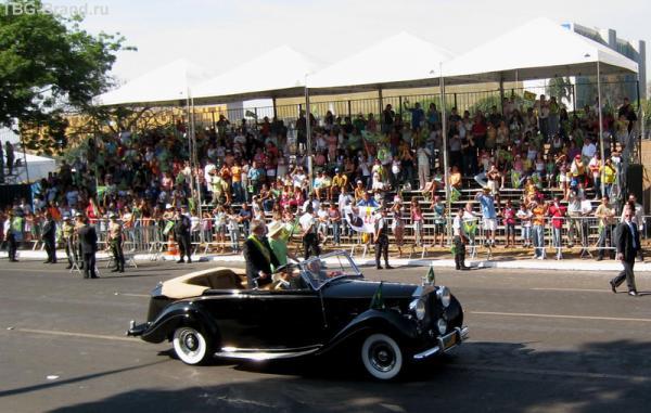 Президент следует принимать парад