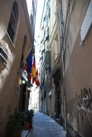 Эти улочки Генуи.. )