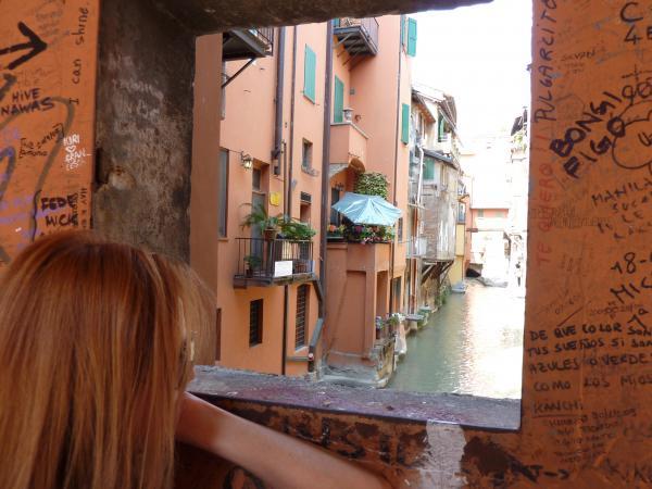 В Болонье есть окошко в Венецию )