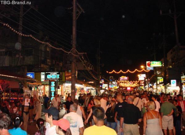 Главная улица на Патонге – Бангла Роуд. Здесь по вечерам тусуется пол-острова точно..