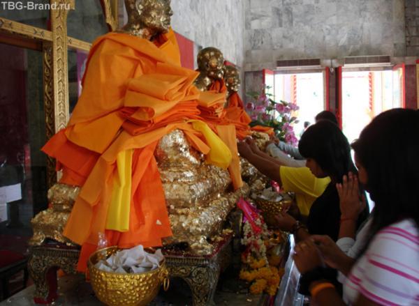 Много интересных традиций и обрядов…верующие берут бумажку, трут ее о позалоченный корпус статуи и клеют ей на лоб. Она либо остается, либо падает. Что это означает - мы так и не поняли..?!