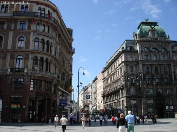 Обитатели Грабена и соседних улиц посещают магазины, расположенные на первых этажах, цены в которых иногда в несколько раз превышают минимальную зарплату австрийцев