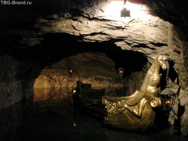 """Подземное озеро Seegrothe – здесь снимали несколько эпизодов из фильма """"Три мушкетера"""", где герои пробирались в Бастилию"""