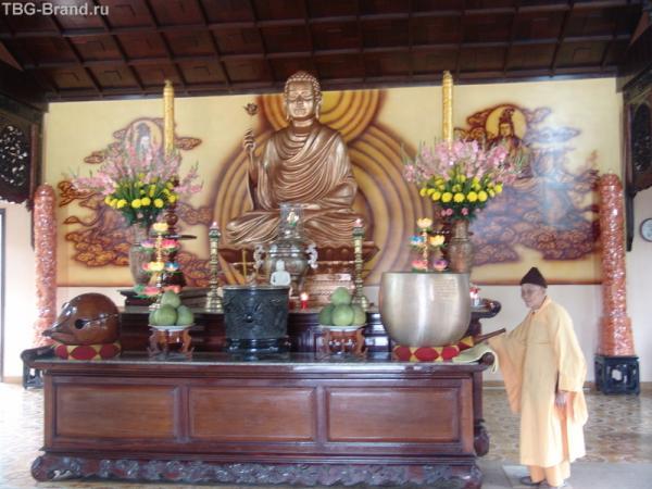 буддийский монах при исполнении