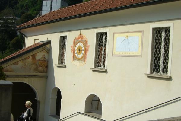 часы обычные и солнечные в мужском монастыре