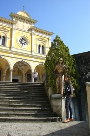 на фоне основателя монастыря