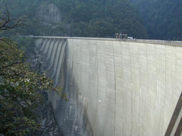 плотина. высота 220 метров