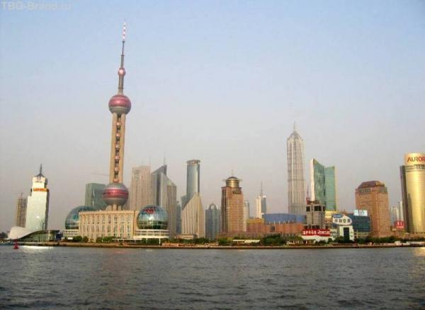 Вид на Pudong с набережной Bund
