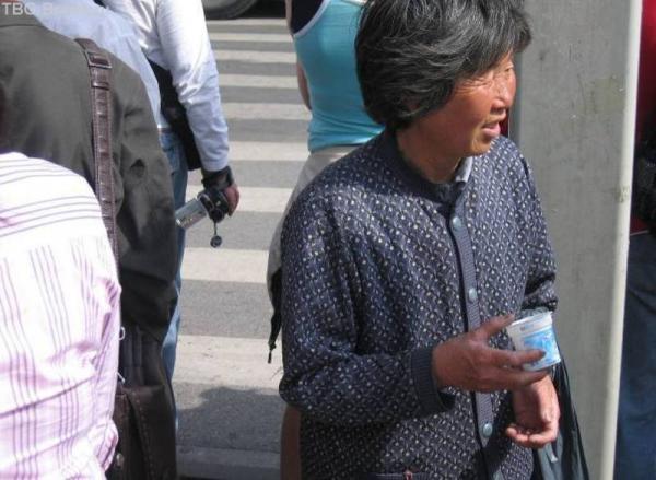 Вот такая судьба могла меня ждать - побираться с баночкой по Шанхаю...