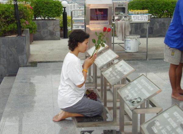 Девушка молится Раме Второму