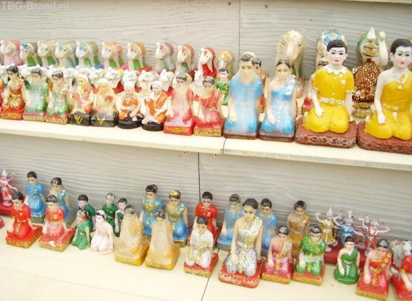 Сувениры, которые приносят в жертву королю-богу Раме Второму