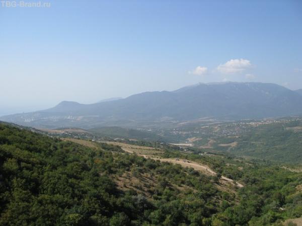 Вид на гору Чатыр-Даг. Внизу слева - Алушта