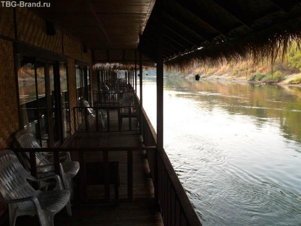 Гостиница на плоту