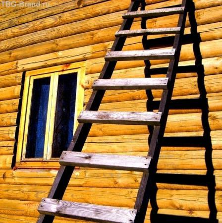 У лестницы