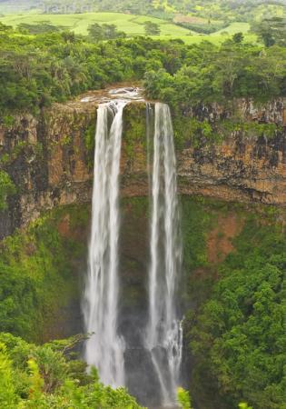 Водопад в кратер вулкана