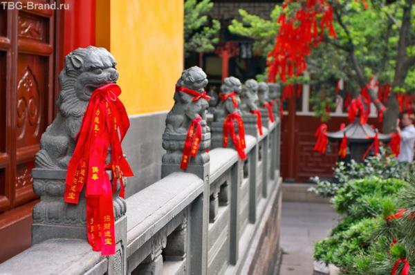 красные ленточки - повсюду в Китае...