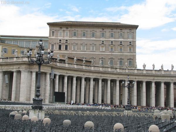 Из второго окна справа обычно  вещает папа