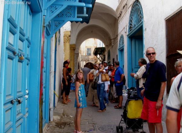 В широком коридоре Медины с коляской французкие друзья