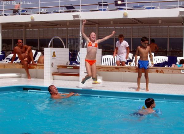 дети почему то прыгают в бассейн