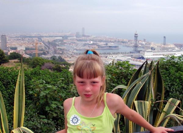 За спиной Барселонский порт