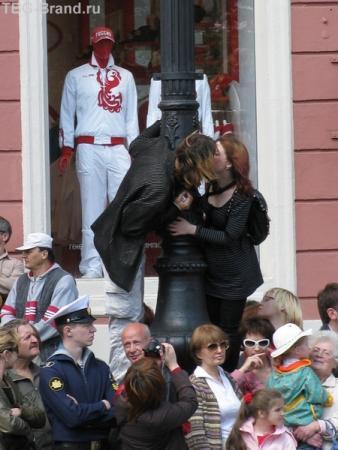 А поцеловать?