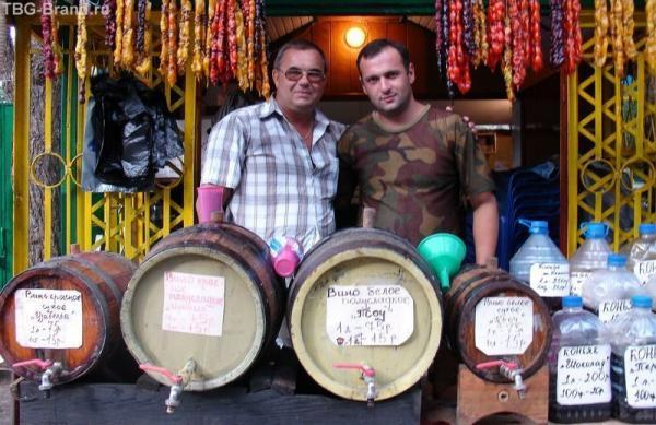 Вино в Пицунде продается везде.