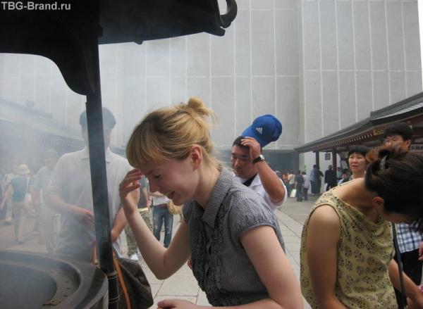 чтобы быть веселым и здоровым надо пропитаться ароматом буддийских палочек в храме