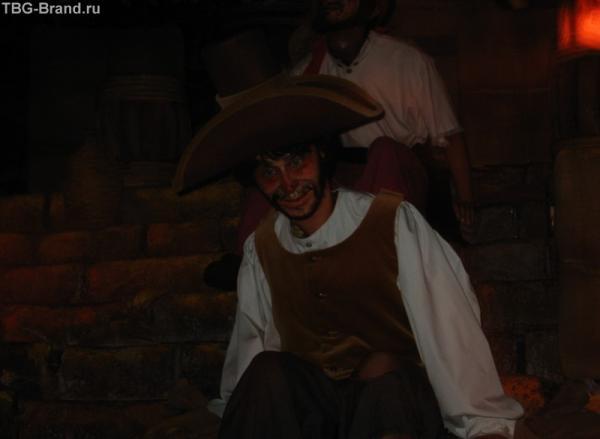 грозный пират в пещере