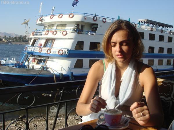 в кафе на берегу Нила