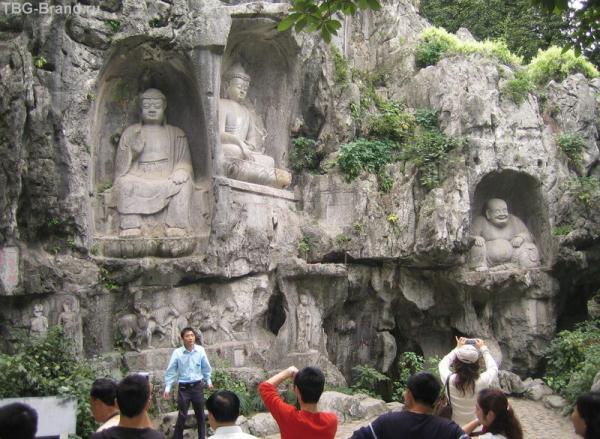 Ханчжоу. Статуи Будды в скалах.
