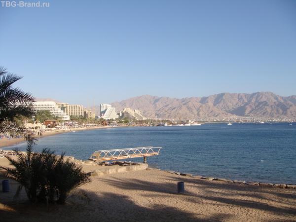 Рядом - пляж, а напротив - Иордания