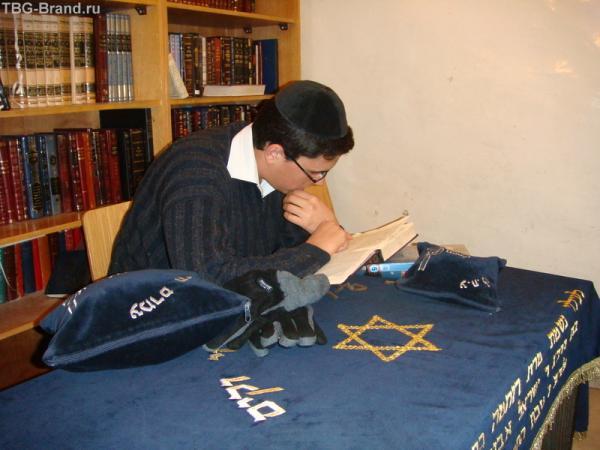 Молодой талмудист около могилы Давида