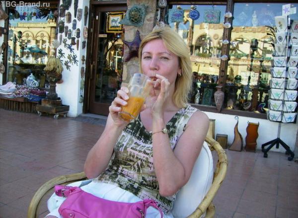 Мамзик смакует манговый сок