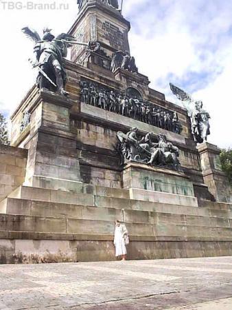 Рейн. Нидервальд. У подножья памятника