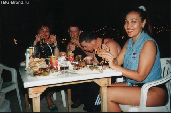 Отведать ужин, включая пойманные крабы. Мы общались как уже давно знакомые друзья.