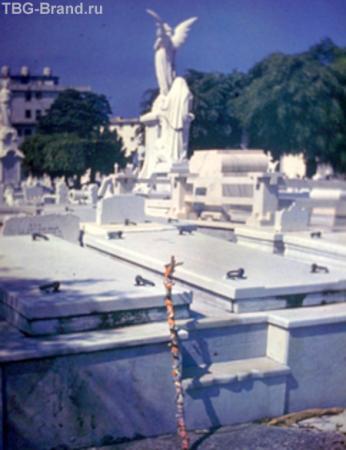 Традиционное христианское кладбище, а посох - языческий дар далеким предкам