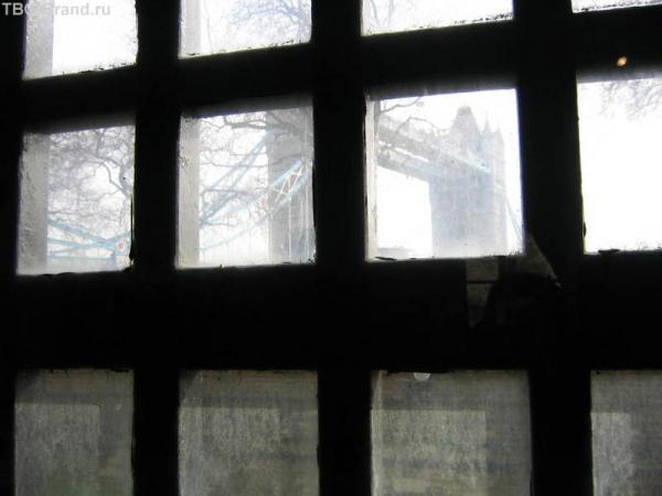 Вид и тауэрской тюрьмы на мост. Можно идти без гида. На месте приобретаете аудио гид за небольшую плату и вперед.