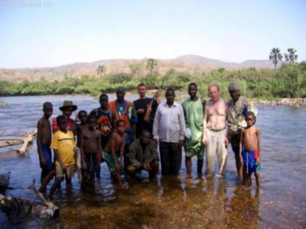Все, кто помогал толкать автомобиль. Уже на берегу Мали.
