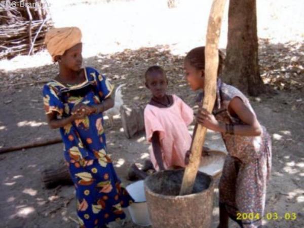 Маленькие жители деревни, где нам подарили курицу и петуха.