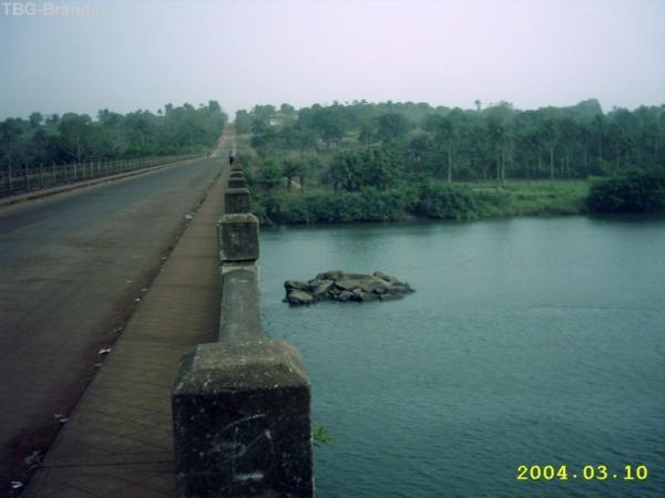 Мост на границе Гвинеи и Сьерра-Леоне. Возраст - более 150 лет. Ставили ещё англичане.