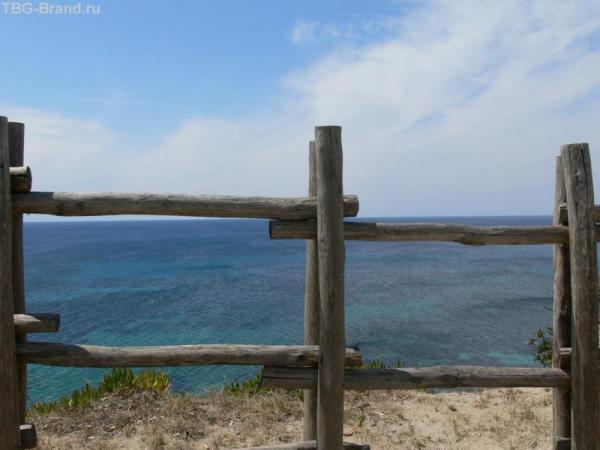 Кстати и такого синего моря я до сих пор не видел. Оно особенное.