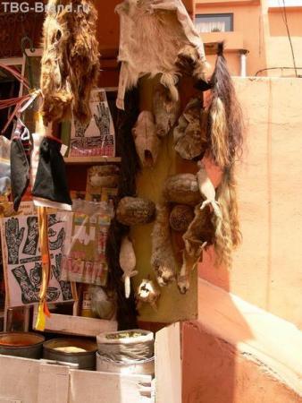 В квартале, где продают снадобья и магические средства  для обрядов по приворотам и колдовству